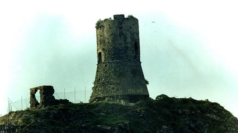 Una delle ultime foto della torre aragonese  prima dell'ingeneroso  lifting  archivio Mi.Vil.