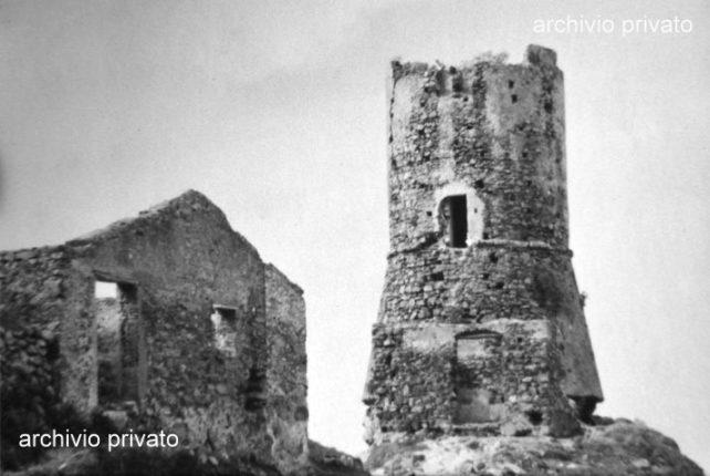 Una delle foto più antiche della Torre d'epoca aragonese e delle strutture ad essa adiacenti  Fu il terremoto del 1638 a portare i primi seri danni, poi l'uomo lentamente ha fatto il resto.