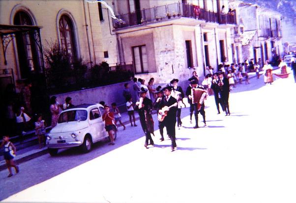 Fine anni 70  Corso V. Emanuele II al rione Valletta  Sfilata di un gruppo folcloristico