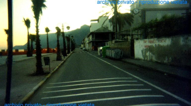 Il viale Turati nell'anno 2002  dove oggi c'è hotel Victoria e la Palma D'oro  c'erano i cassonetti  per i rifiuti, le campane per la raccolta del vetro ed i cestini