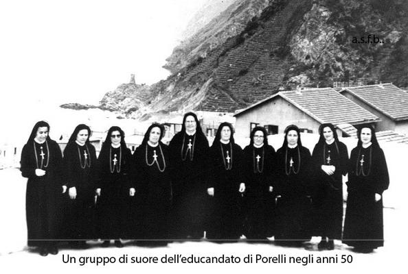 Una foto di gruppo delle suore dell'educandato di Porelli con sullo sfondo la torre