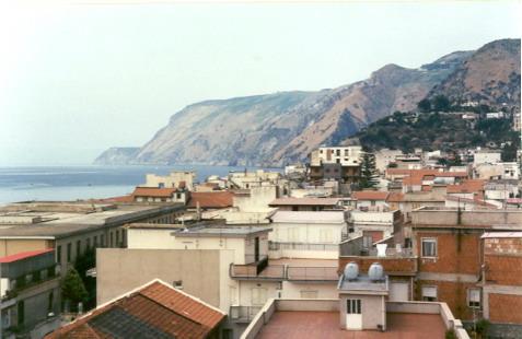 Veduta dei tetti cittadini del centro del paese da via Genova  foto primi anni 90 di G. Dominici