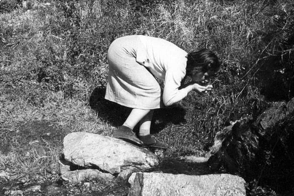 Bagnara e le sorgenti d'acqua  Anni cinquanta, la signorina Sara Cristina beve alla fonte dell'Acqua a Signura