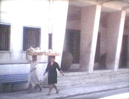 Bagnarote con la cesta in testa sul corso V. Emanuele II  sequenza fotografica di Mimmo Brancatisano  foto tratte da filmato fine anni 70