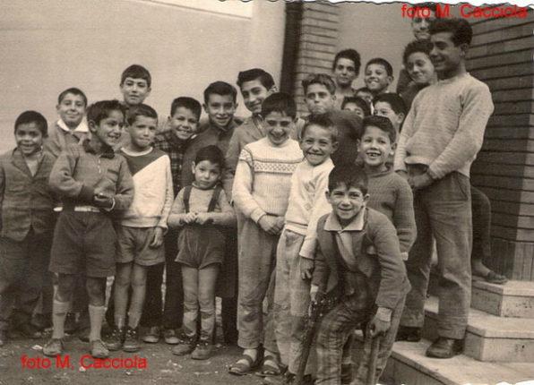 Bambini del rione Marinella davanti alla chiesa negli anni 60  foto di M. Cacciola