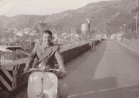 Il rettilineo della strada Nazionale dalla prima uscita verso Favazzina negli anni 50  sulla vespa il sig. Rocco Lopresto