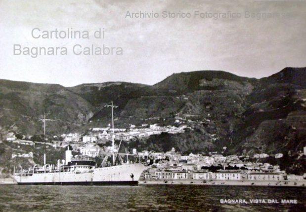 Bagnara Calabra vista dal mare con nave